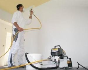 Pintor usando máquina airless